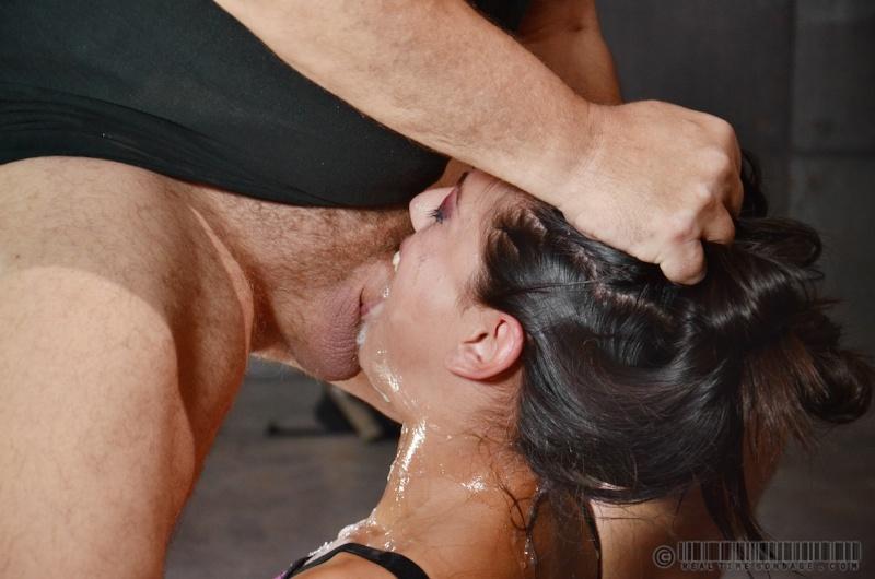 Порно трахают жестко в рот
